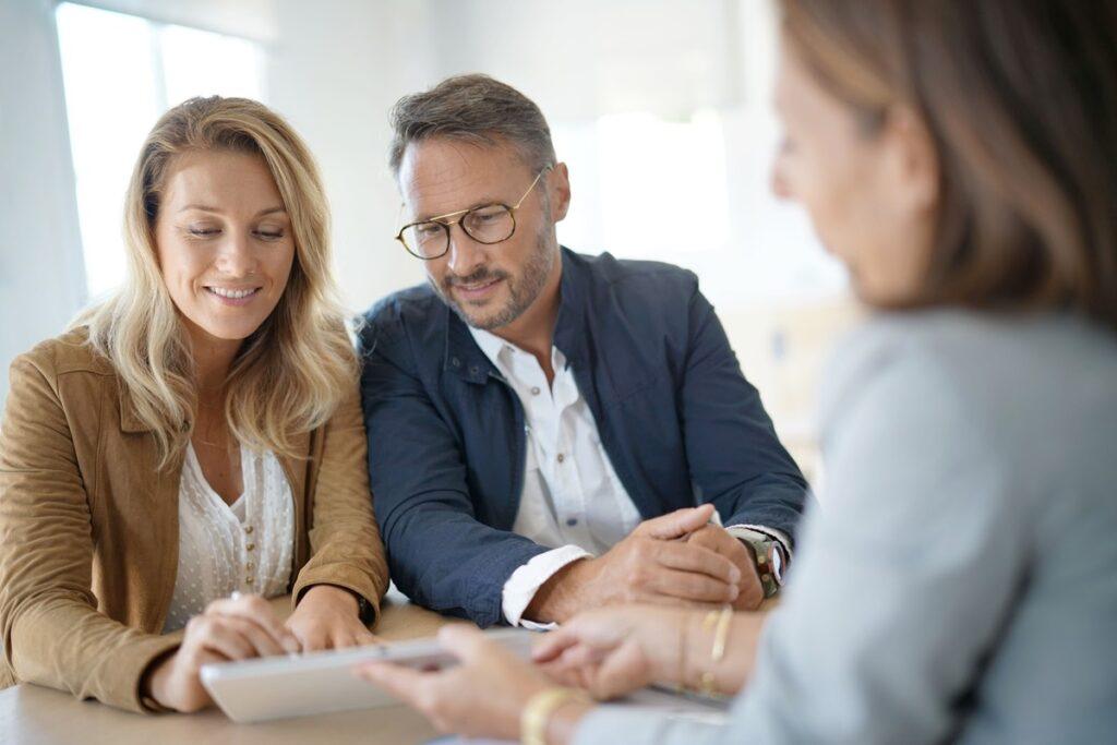 Dividend portfolio: A couple meets with a financial adviser